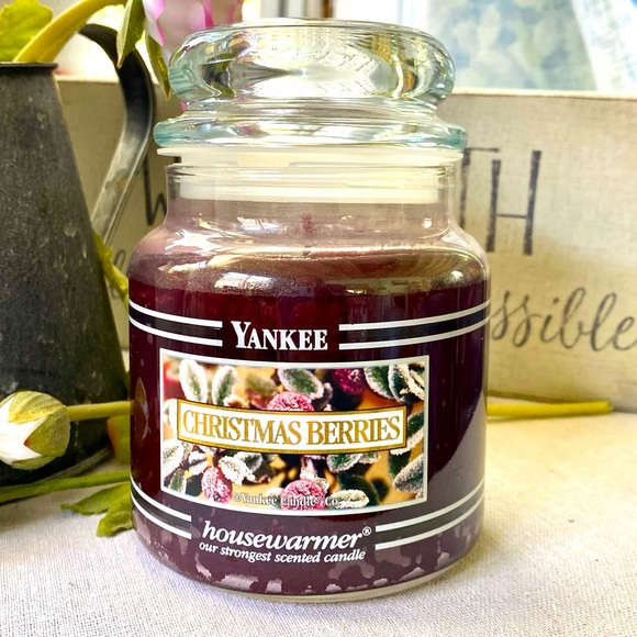 Retired YANKEE CANDLE Christmas Berries 14.5 Oz